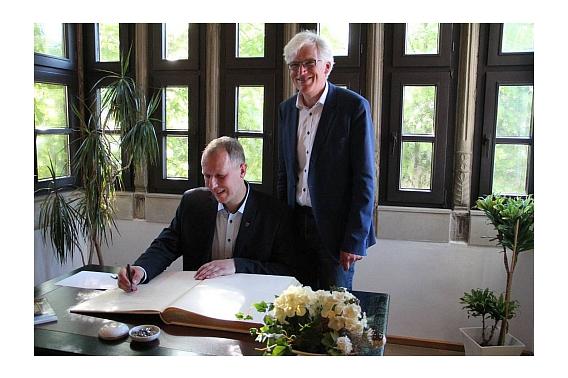 Bürgermeister Piotr Petrykowski trägt sich ins Goldene Buch der Stadt Nienburg/Weser ein.©Nienburg - Freundschaften weltweit e.V.